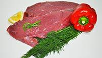 Выкладка мяса в мясном магазине